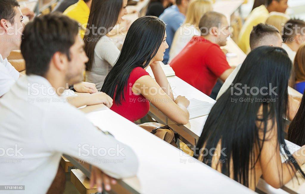 Große Gruppe von Studenten hören Vortrag zu einer – Foto
