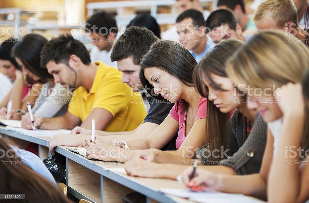 Große Gruppe von Studenten schreiben. Lizenzfreies stock-foto