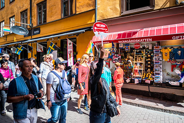 large group of tourists in gamla stan, stockholm, sweden - stockholm guide stock-fotos und bilder