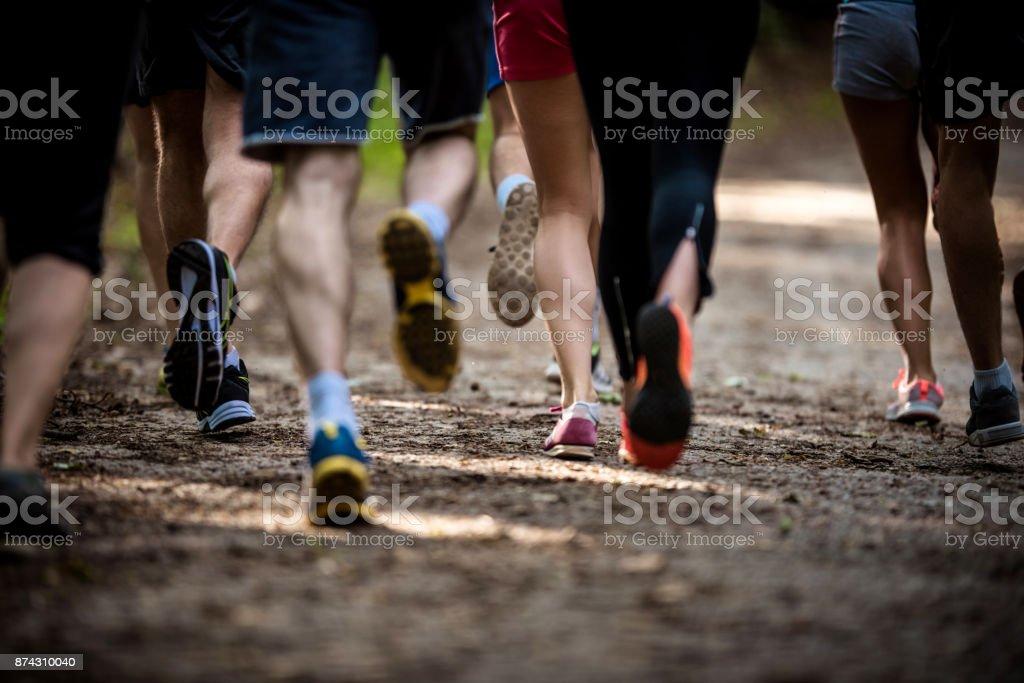 Große Gruppe von unkenntlich Athleten einen Marathon zu laufen, in der Natur. – Foto