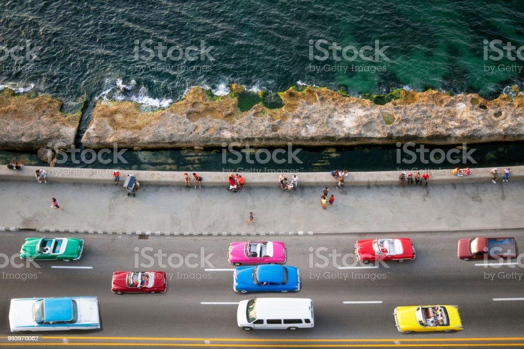 Große Gruppe von amerikanischen Oldtimern Beschleunigung entlang des Malecon in Havanna, Luftbild – Foto