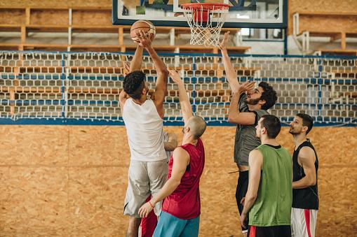 Grote Groep Jonge Atletische Mannen Spelen Basketbal Stockfoto en meer beelden van Actieve levenswijze