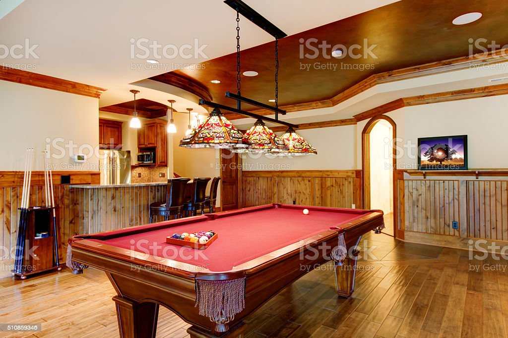 Grand parquet chambre avec une Tableau de billard et un bar. - Photo