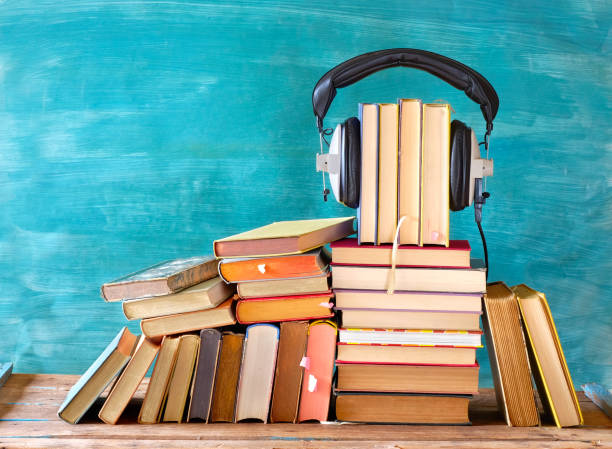 Großer Haufen von Büchern und Heaphonen, Hörbuchkonzept, Unterhaltung und Bildung während der Corona-Sperre – Foto
