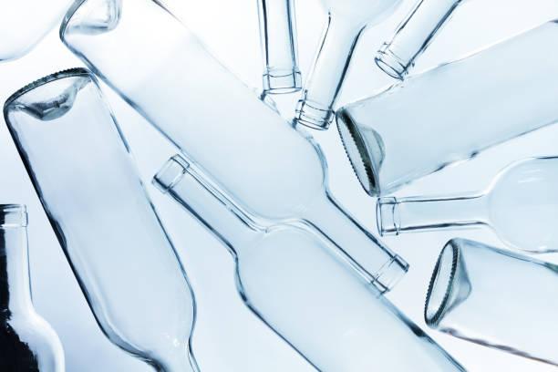 large heap of empty wine bottles without labels - recycelte weinflaschen stock-fotos und bilder