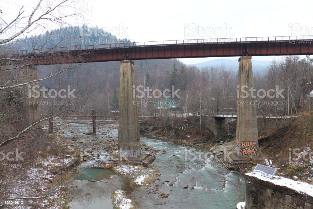 grande alto puente sobre un arroyo de montaña - foto de stock