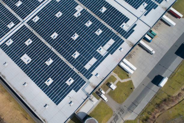 Großes Industriegebäude, Solarzellen und LKW – Foto