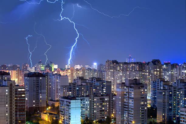 Große Blitze über der Stadt. – Foto