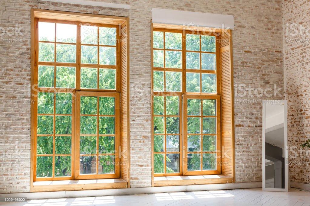 Grosses Loft Innen Zwei Grosse Fenster Stockfoto Und Mehr Bilder Von Architektur