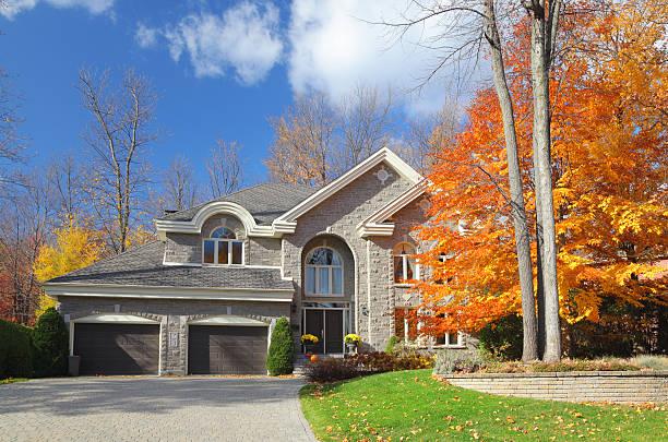 Large Luxurious Autumn House  buzbuzzer stock pictures, royalty-free photos & images