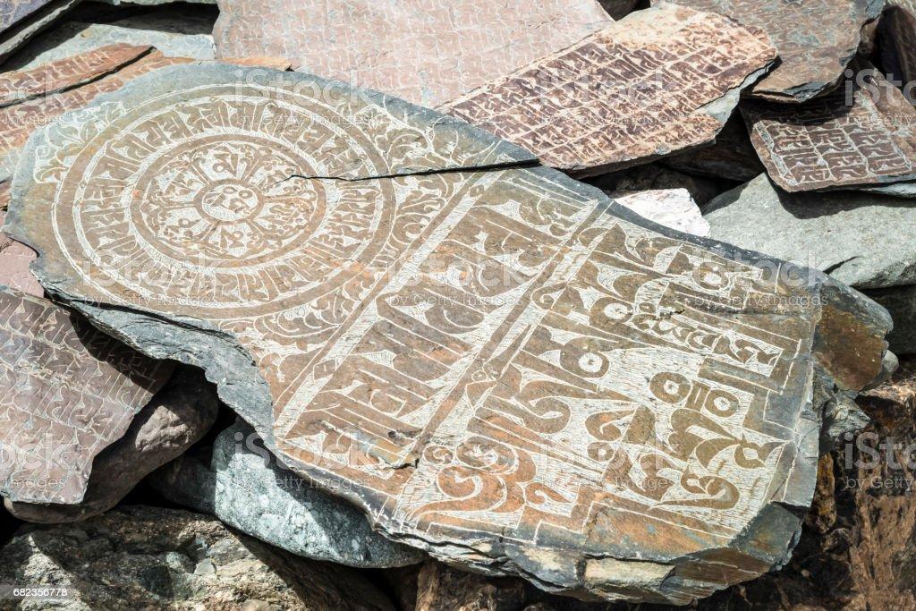 Large mani stone with inscriptions and mandala. Trekking in Markha valley (Ladakh) foto stock royalty-free