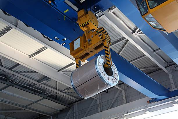 Crane con bobina de acero - foto de stock