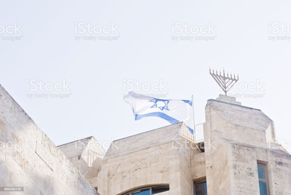 A Large Menorah and A National Flag Of Israel Flying On A Traditional Architecture: Linking The Jaffa Gate Wall - Zbiór zdjęć royalty-free (Architektura)