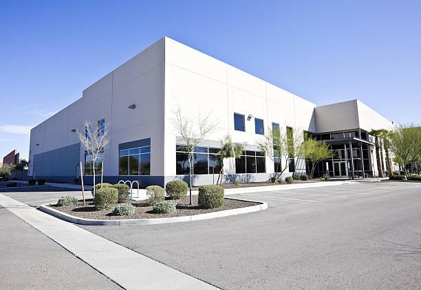 a large modern office building - industriegebied stockfoto's en -beelden
