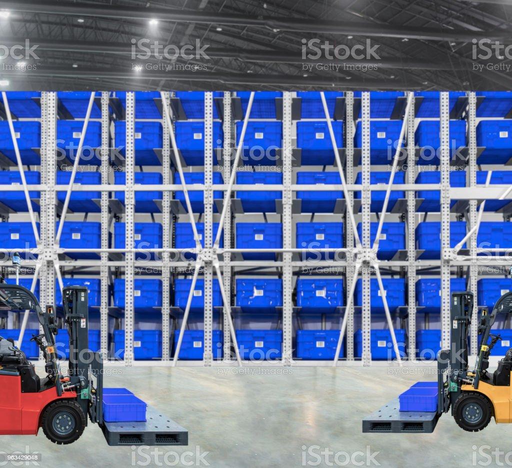 Grand entrepôt forklifts moderne avec - Photo de Affaires libre de droits