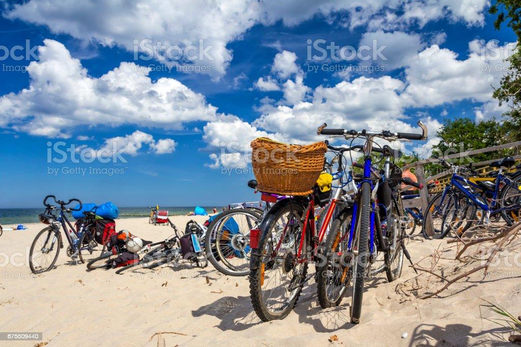 Un grand nombre de bicyclettes sur la plage de sable de mer, Kolobrzeg, Pologne photo libre de droits