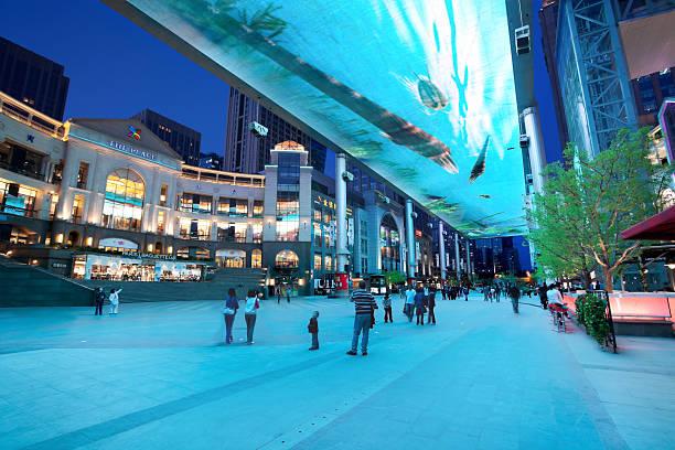 große außen-lcd-bildschirm in peking, china - größte städte der welt stock-fotos und bilder