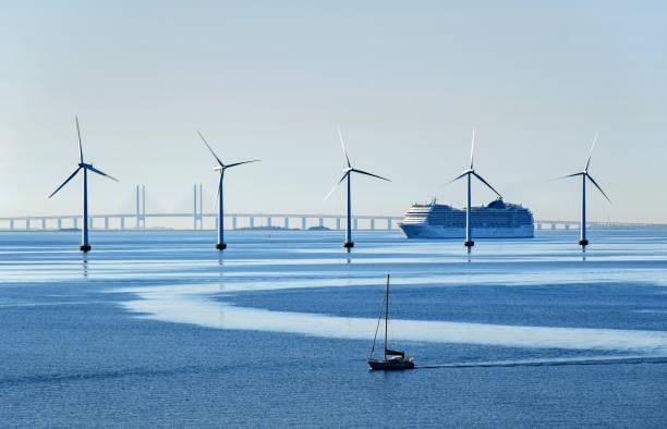 stora passagerarfartyg och en liten segelbåt passera havsbaserade vindkraftverk nära öresundsbron mellan danmark och sverige - öresund bildbanksfoton och bilder
