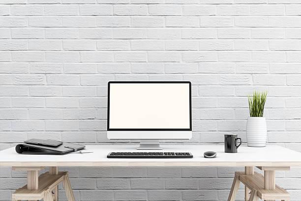 Grande PC moniror davanti a un muro di mattoni - foto stock