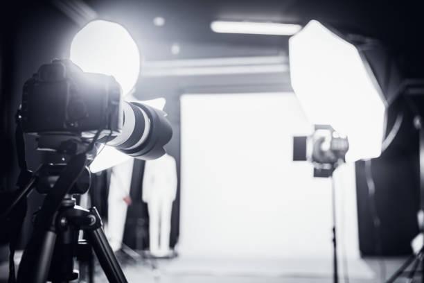 große foto-studio mit professioneller beleuchtung. - fotografische themen stock-fotos und bilder