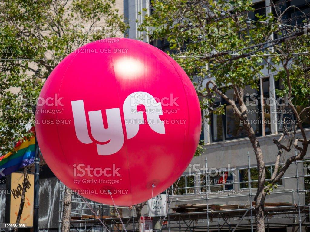 Stora rosa Lyft hängande i San Francisco s Market street bildbanksfoto