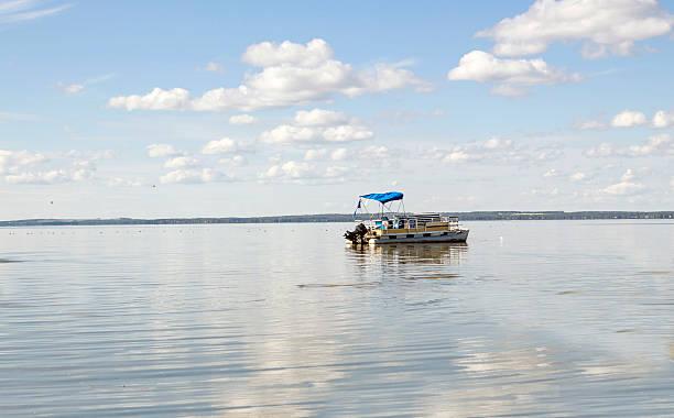 Grand bateau ponton descendez sur un lac gros lake. - Photo