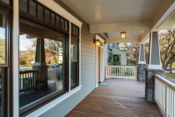 große veranda außenansicht eines exklusiven zuhauses - verandas stock-fotos und bilder