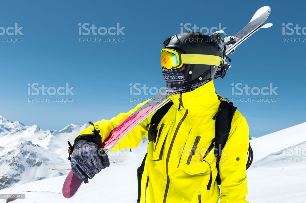 De Dans Un Libre Grand Photo Dun Casque Droit Skieur Portrait Ov8nyN0mw