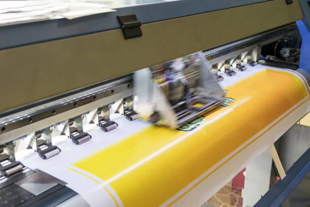 Impressora de grande formato inkjet trabalhando cor detalhe - foto de acervo