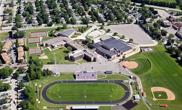 large public high school complex - stadsdeel stockfoto's en -beelden