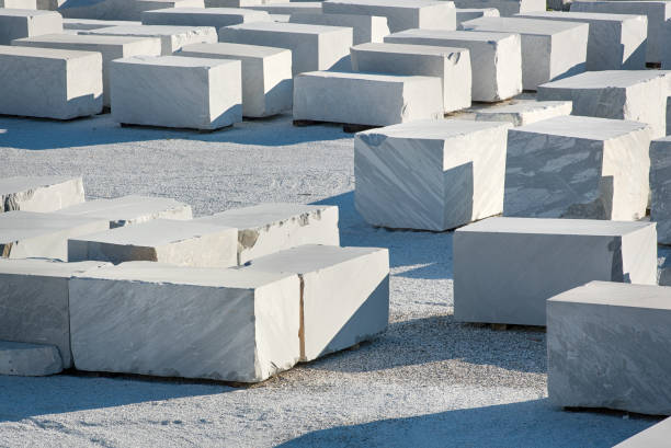 grote rechthoekige blokken van wit carrara-marmer - steengroeve stockfoto's en -beelden