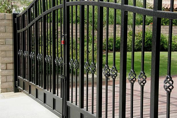 grande segurança residencial gates - portão imagens e fotografias de stock