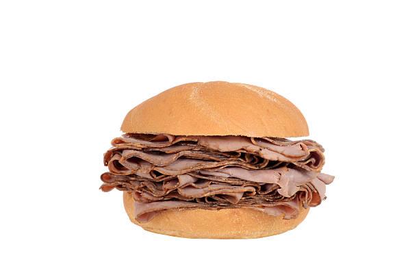 große roast beef sandwich auf ein brötchen - roast beef sandwich stock-fotos und bilder