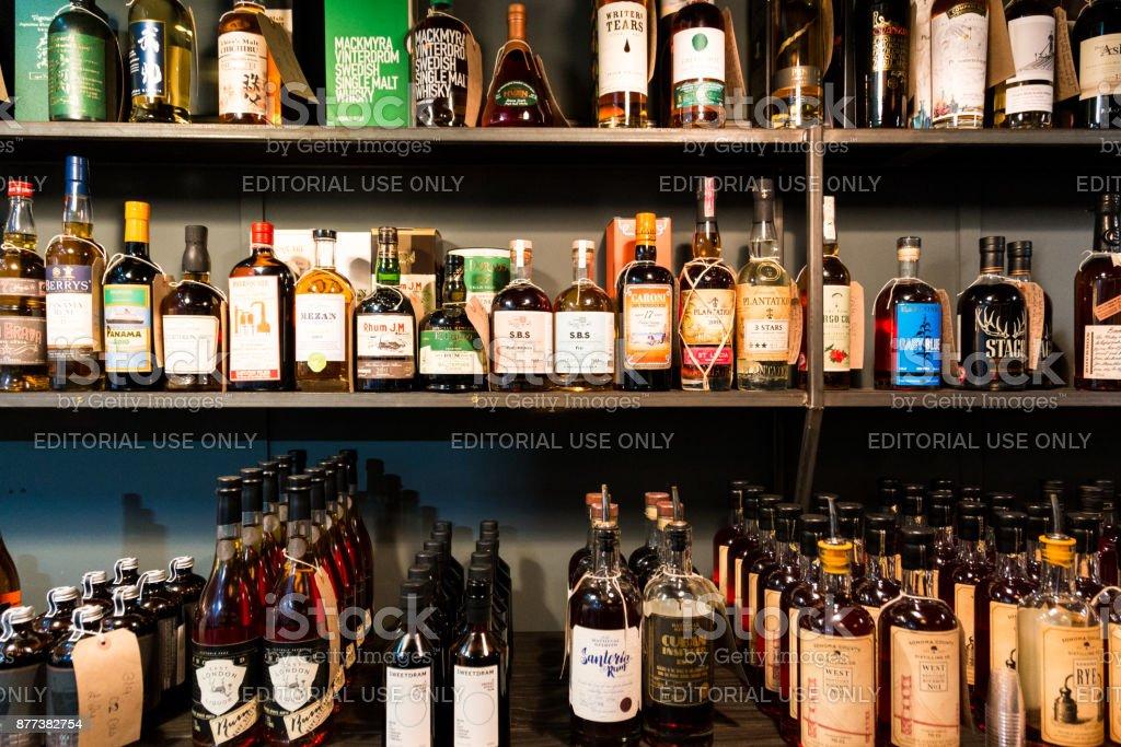 Grote selectie van flessen rum en whisky in een rij op Borough Market, Londen, UK foto