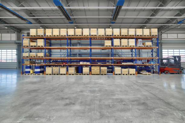 Große, geräumige Montagewerkstatt. Hohe Lagerregale mit Holzkisten – Foto