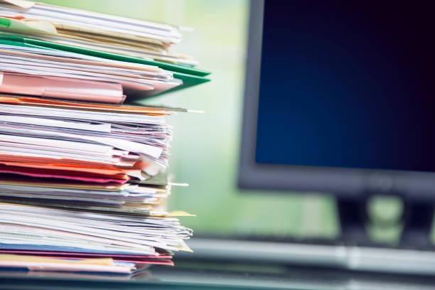 Großen Stapel von Akten, Dokumente, Papiere auf Schreibtisch. – Foto