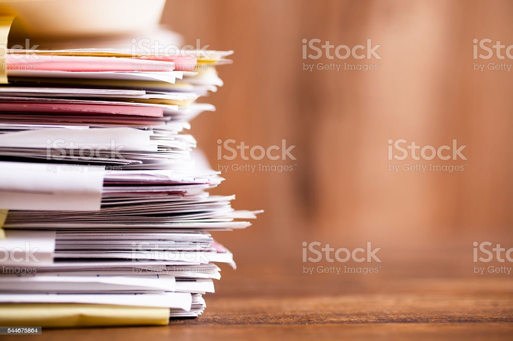 Un montón de archivos, trabajo de oficina. Primer plano. Escritorio de oficina. Nadie. - foto de stock