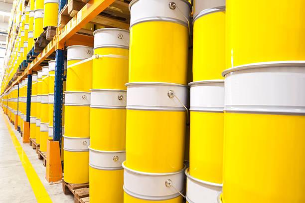 farbe-dosen - kunststoff behälter bemalen streichen stock-fotos und bilder