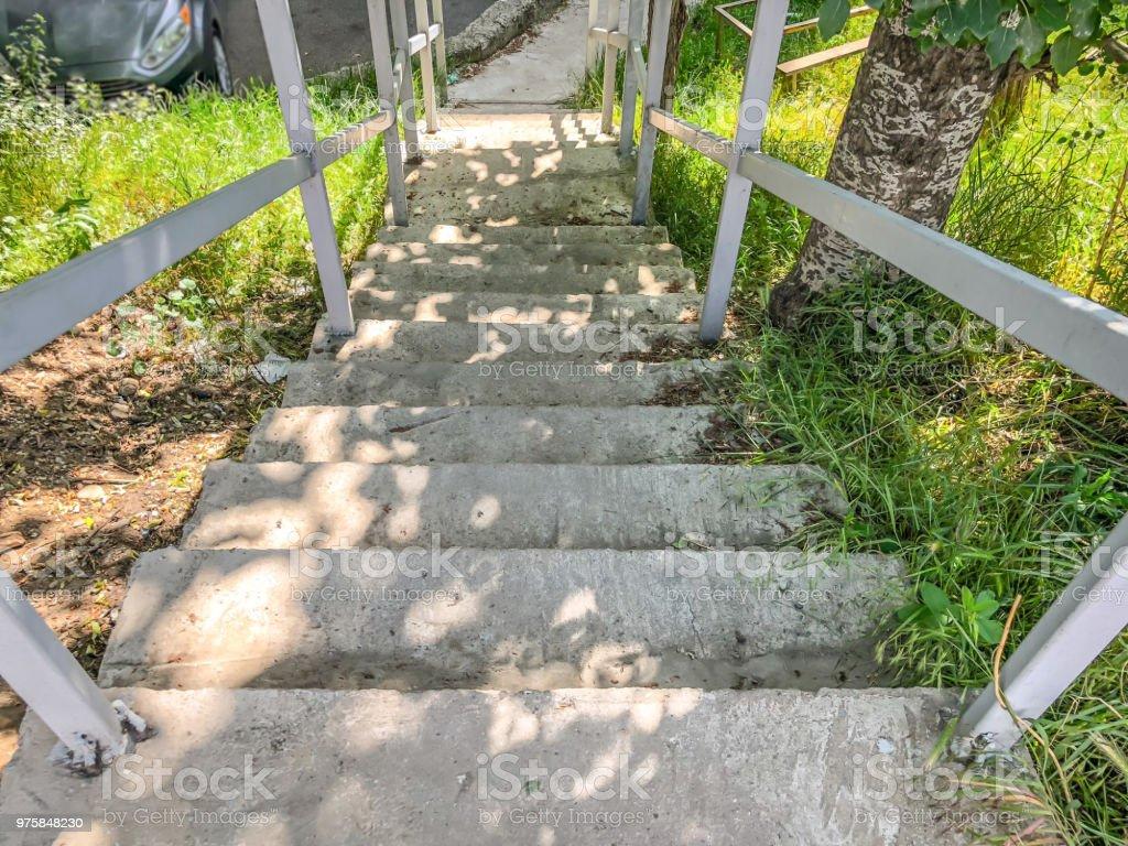 Große steinerne Treppe mit Geländer hinabgestiegen in den Innenhof eines Wohnhauses - Lizenzfrei Architektur Stock-Foto