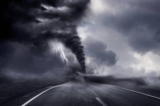 een grote storm produceren een tornado, vernielingen. 3d illustratie. - tornado stockfoto's en -beelden