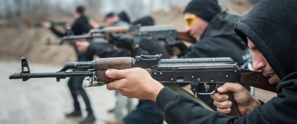 große aktion teamtraining mit gewehr maschinengewehr. schießstand - große waffen stock-fotos und bilder