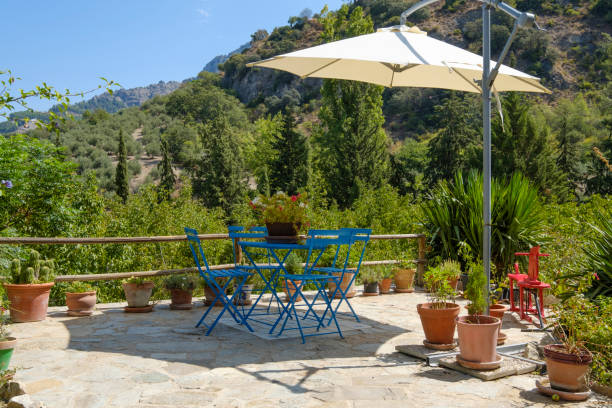 großen sonnenschirm in einem garten set - sonnenschirm terrasse stock-fotos und bilder