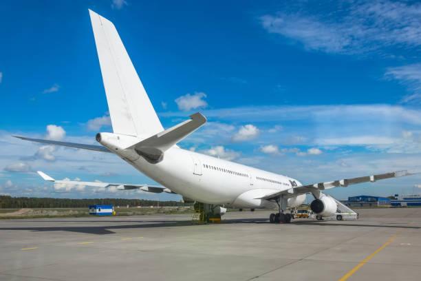große weiße flugzeuge parken am flughafen, blick auf das heck. - rudermaschine stock-fotos und bilder