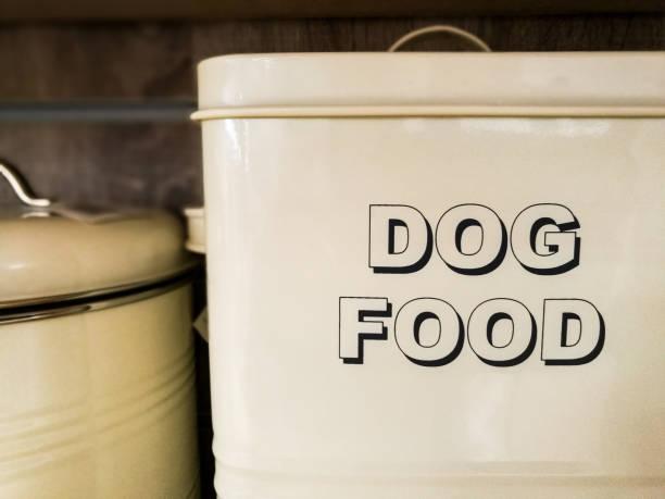 large white metal tin with the words 'dog food' written in bold capital letters - lata comida gato imagens e fotografias de stock