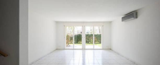 Große Fenster mit Blick auf den Garten in einem völlig leeren Raum – Foto