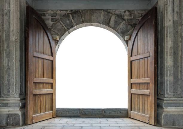 grande porta de madeira aberta na parede de castelo - castelo - fotografias e filmes do acervo