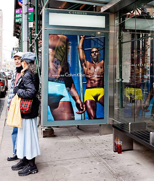 überlebensgroß werbung in new york city - calvin klein unterwäsche männer stock-fotos und bilder