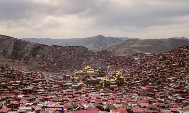 larung gar (budist akademisi) gün batımı, sichuan, çin. - ganzi tibet özerk bölgesi stok fotoğraflar ve resimler