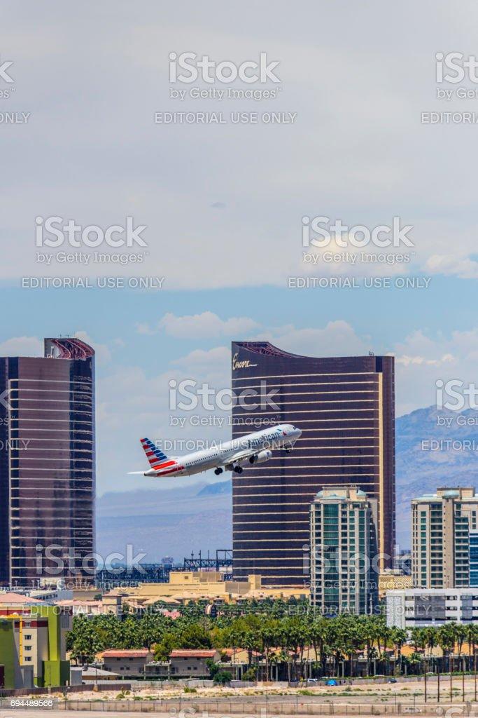 Las Vegas Hotel Casino edifícios com avião decolando em primeiro plano - foto de acervo