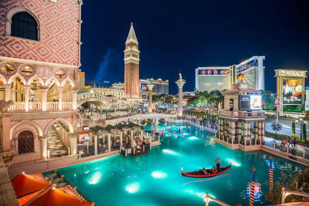 Las Vegas Strip mit The Venetian Resort Hotel beleuchtet in der Nacht, Nevada, USA – Foto